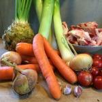 Fleischbrühe einfach und schnell aus hochwertigen Zutaten selbst zubereiten. Die Zutaten: Sellerie, Lauch, Tomaten, Rindfleischknochen, Zwiebeln, Möhren, Knoblauch und Gewürze