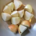 Fleischbrühe kochen: Hier sehen Sie die geschnittenen Zwiebeln