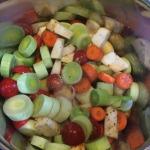 Fleischbrühe kochen: Hier sehen Sie das Gemüse im Topf